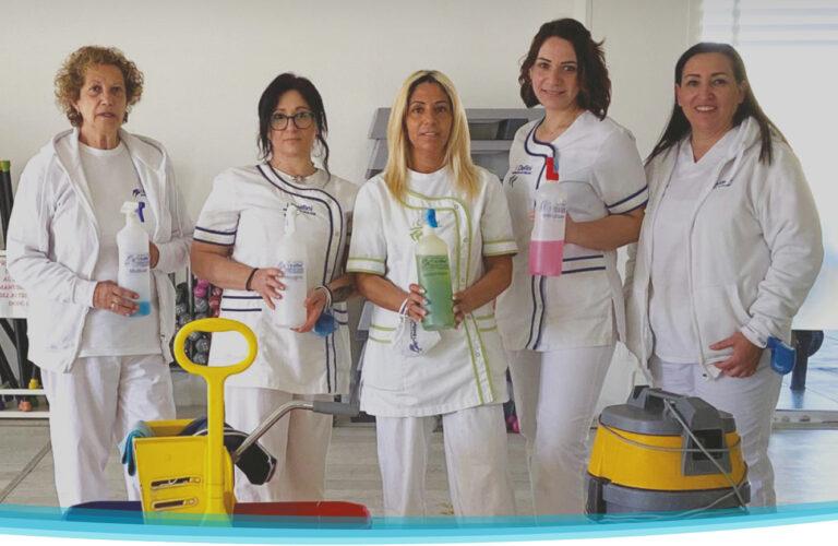 Lo staff dell'impresa di pulizie I Delfini